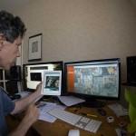 L'éditeur Didier Vergnaud devant la prémaquette du site, dans mon bureau.